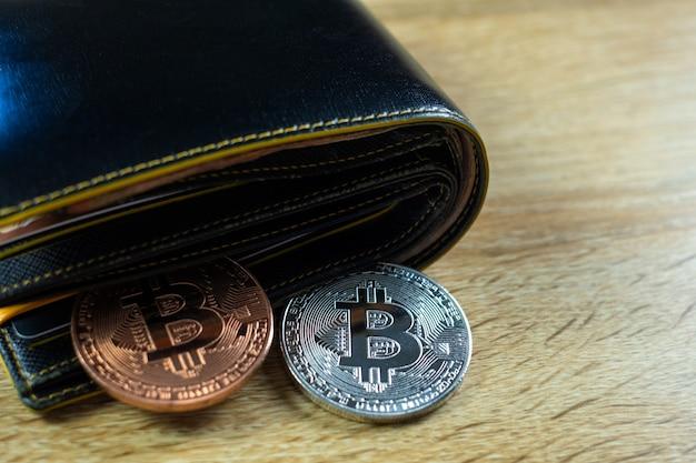 Digitale währung bitcoin mit lederner geldbörse Premium Fotos