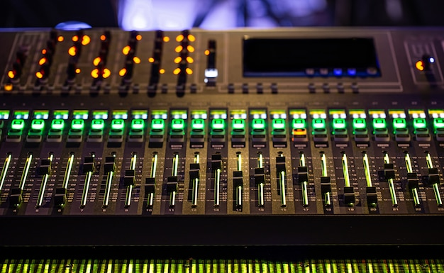 Digitaler mixer in einem aufnahmestudio. arbeite mit ton. konzept der kreativität und des showbusiness. Kostenlose Fotos