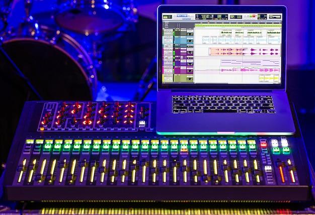 Digitaler mixer in einem aufnahmestudio mit einem computer zum aufnehmen von sounds und musik. konzept der kreativität und des showbusiness. Kostenlose Fotos
