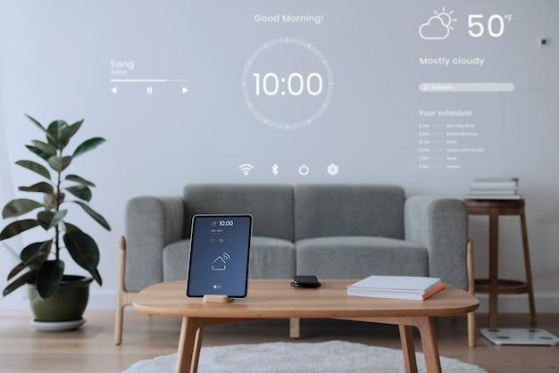 Digitaler tablet-bildschirm mit smart-home-controller auf einem holztisch Kostenlose Fotos