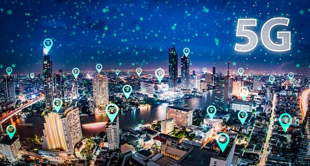 Digitales hologramm des netzes 5g und internet von sachen auf stadt Premium Fotos