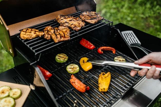 Dinnerparty, barbecue und schweinebraten in der nacht Premium Fotos