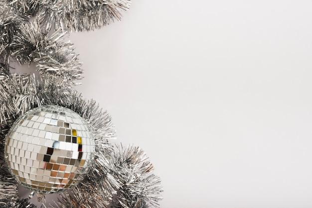 Discokugel mit lametta auf weißer tabelle Kostenlose Fotos