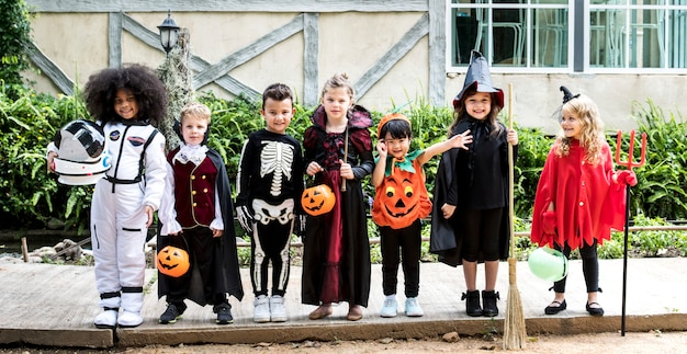 Diverse kinder in halloween-kostümen Premium Fotos