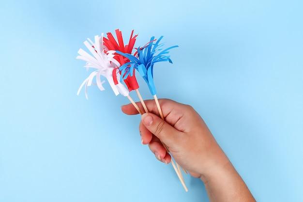 Diy 4. juli papiergrußfarbe amerikanische flagge, rot, blau, weiß. idee, dekor usa independence day Premium Fotos