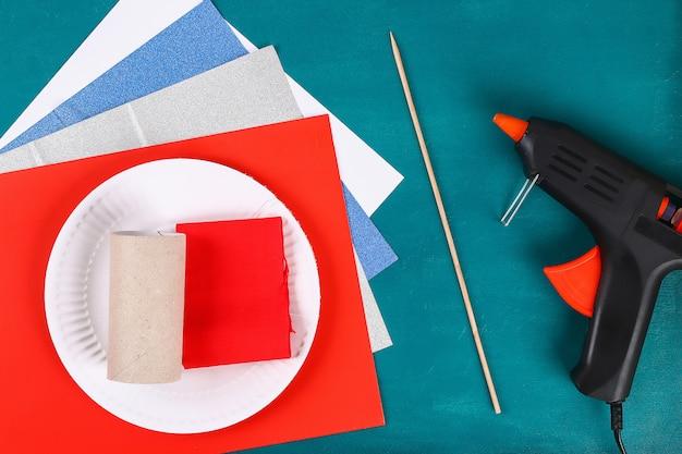 Diy 4. juli petard toilettenhülle, papier, karton farbe amerikanische flagge rot blau weiß Premium Fotos
