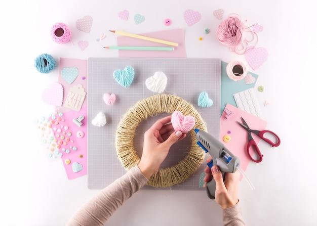 Diy-projekt machen. strickdekoration. bastelwerkzeuge und zubehör. saisonhaus valentinstag dekor. Premium Fotos