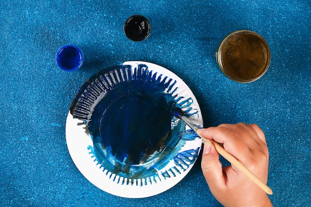 Diy ramadan kareem sichelförmiger mond mit einem stern von einem wegwerfpappteller und von einer goldfarbe. Premium Fotos