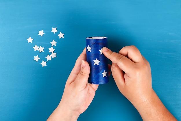 Diy windsocken 4th of july toilettenhülle und krepppapier farben amerikanische flagge Premium Fotos
