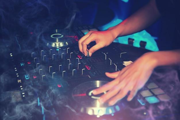 Dj entertainment mit edm dance music mixer cd-player im nachtclub im urlaub Premium Fotos