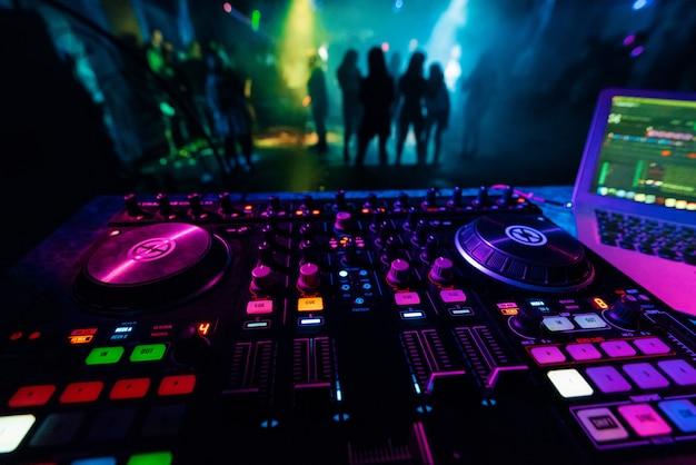 Dj mixer controller board zum professionellen mixen von elektronischer musik in einem nachtclub Premium Fotos