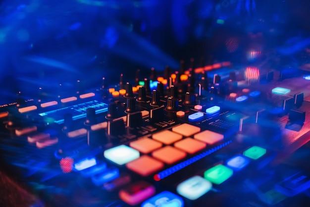 Dj-mixer-controller-panel zum abspielen von musik und feiern Premium Fotos