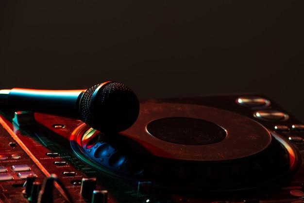Dj-mixer-geräte zur steuerung des klangs und zum abspielen von musik. Premium Fotos