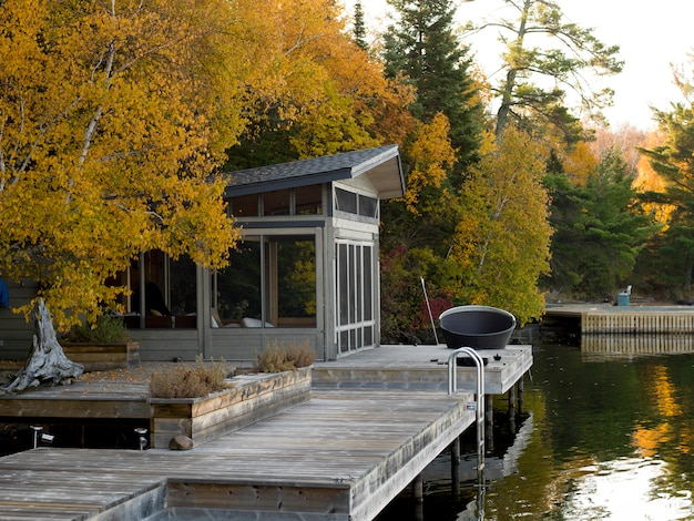 Dock am see, kenora, lake of the woods, ontario, kanada Premium Fotos