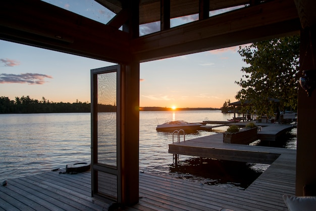 Dock über den see bei sonnenaufgang, lake of the woods, ontario, kanada Premium Fotos