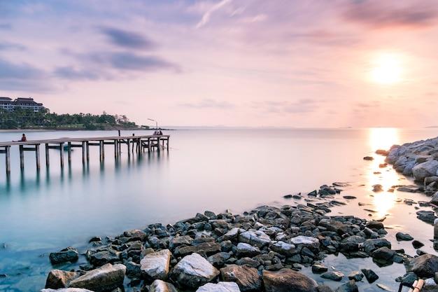 Dock und pier am meer in der dämmerung langzeitbelichtung Kostenlose Fotos