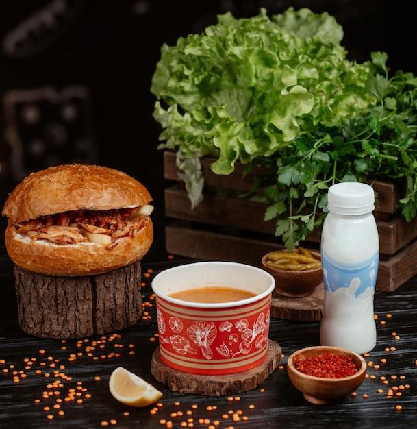 Döner im brötchen mit roter linsensuppe und joghurt Kostenlose Fotos