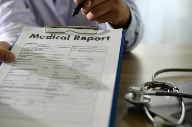 Doktor, der ärztlichen attest oder ärztliche attestdatenbank des patienten verwendet Premium Fotos