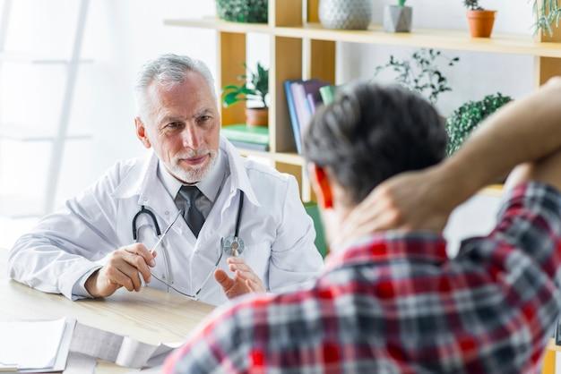 Doktor, der behandlung patienten erklärt Kostenlose Fotos