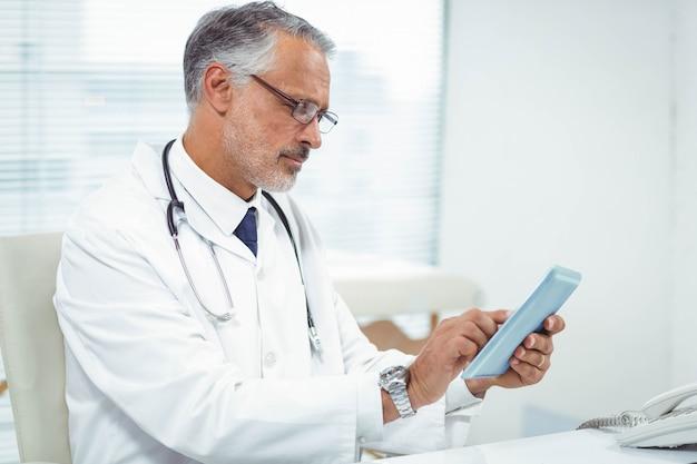 Doktor, der digitale tablette an der klinik verwendet Premium Fotos
