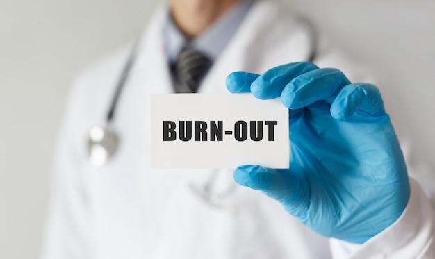 Doktor, der eine karte mit text ausbrennt, medizinisches konzept Premium Fotos