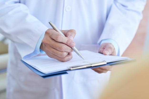 Doktor, der eine medizin verschreibt Kostenlose Fotos