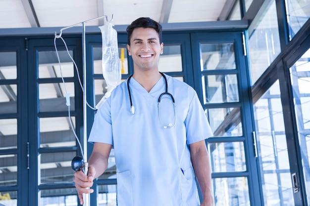 Doktor, der intravenösen tropfenfänger im krankenhaus hält Premium Fotos