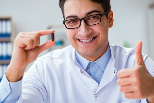 Doktor, der medizin im labor hält Premium Fotos