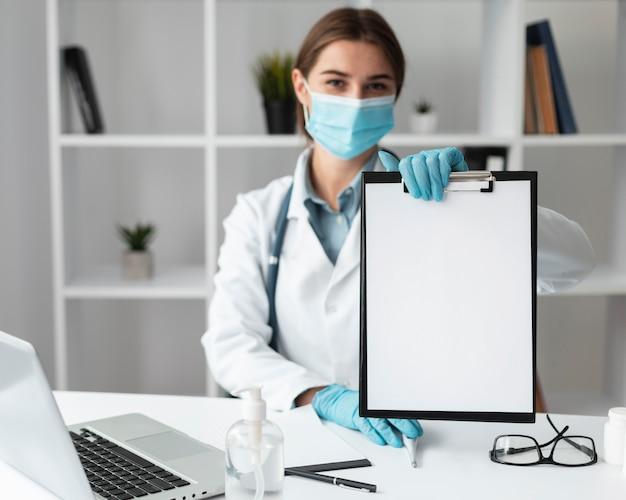Doktor, der medizinische zwischenablage hält Kostenlose Fotos