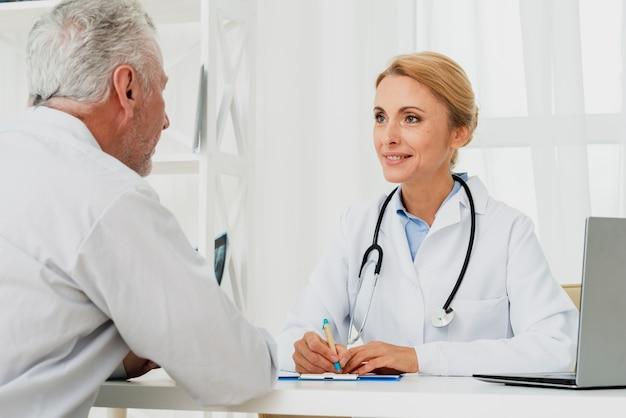 Doktor, der mit patienten sich bespricht Kostenlose Fotos