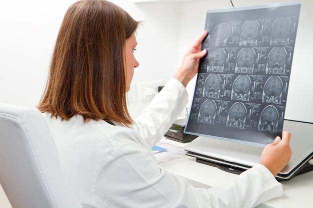 Doktor, der röntgenstrahl betrachtet Premium Fotos