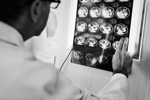 Doktor, der röntgenstrahlergebnisse überprüft Kostenlose Fotos