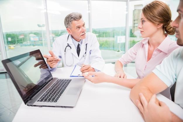 Doktor, der seinen patienten resultate der analyse erklärt. Premium Fotos