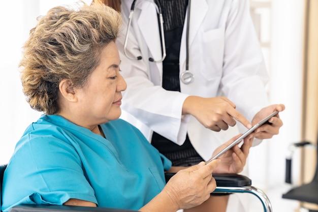 Doktor, der tablette mit altem patienten verwendet Premium Fotos