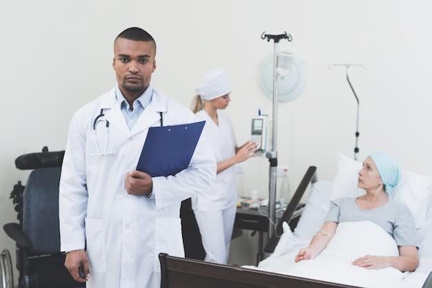 Doktor, der vor dem hintergrund des patienten aufwirft Premium Fotos