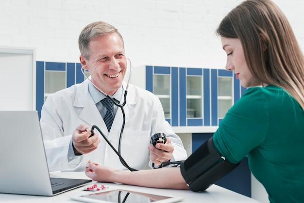 Doktor, der zu einem patienten neigt Kostenlose Fotos