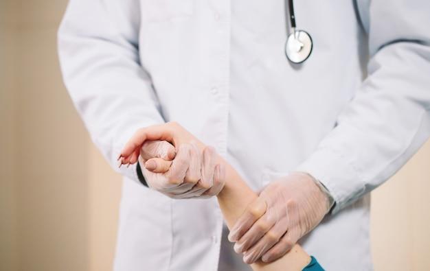 Doktor hält mädchenhand Premium Fotos
