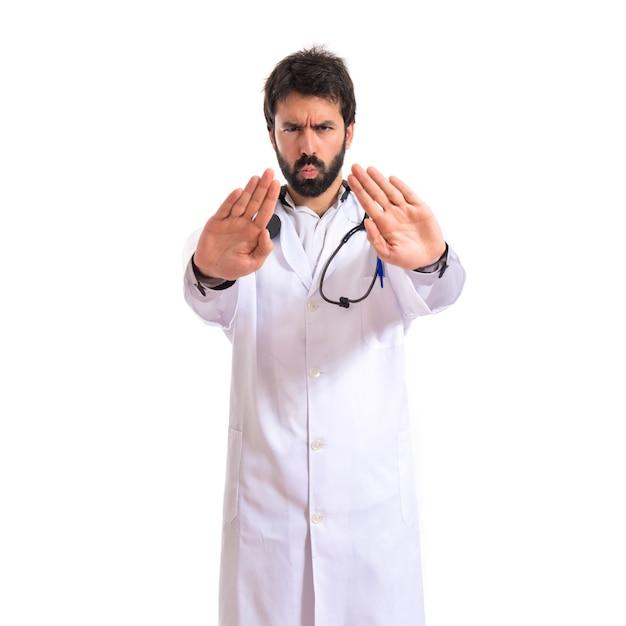 Doktor macht stop-zeichen über weißem hintergrund Kostenlose Fotos