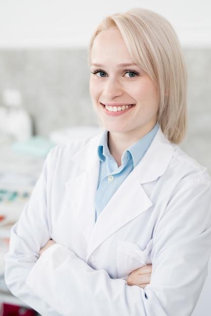Doktor mit einem lächeln Kostenlose Fotos