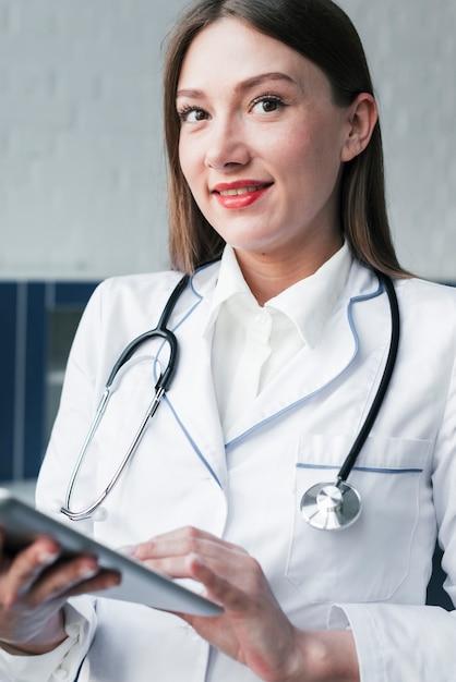 Doktor mit einem stethoskop und einer tablette Kostenlose Fotos