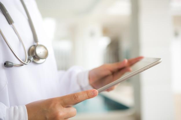 Doktor mit tablette in den händen Kostenlose Fotos
