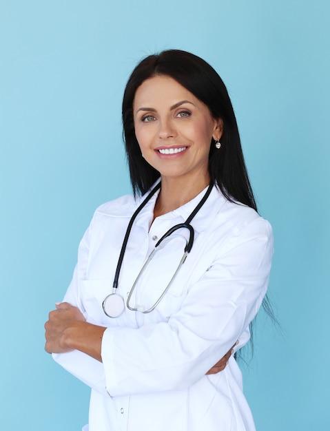 Doktor mit weißem gewand und stethoskop Kostenlose Fotos