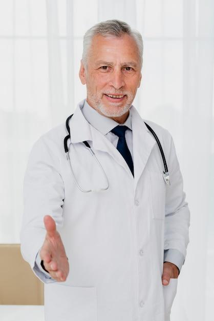 Doktor streckte die hand aus Kostenlose Fotos