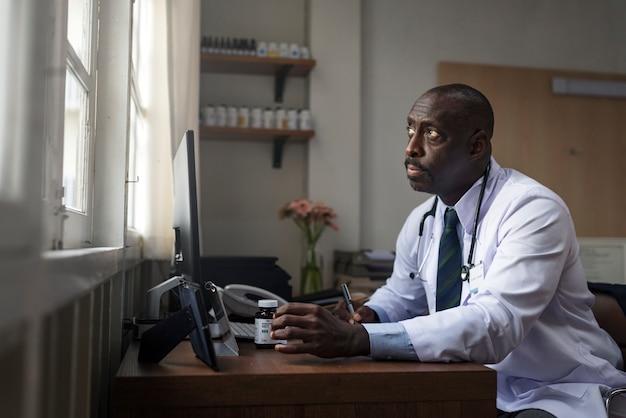 Doktor überprüft medizinvorrat Kostenlose Fotos