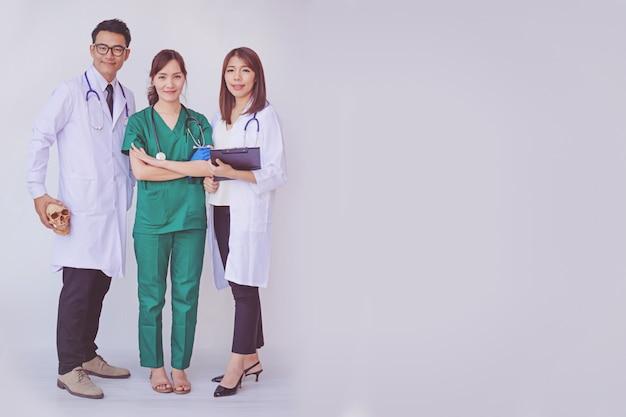 Doktor und krankenschwester, die geduldige informationen auf einem tablettengerät überprüfen Premium Fotos