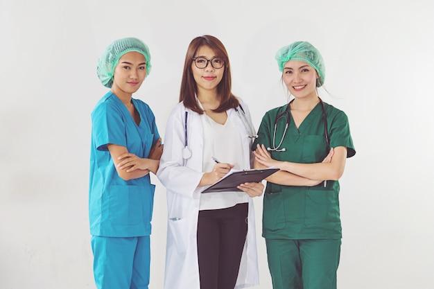 Doktor und krankenschwester, die geduldige informationen überprüfen Premium Fotos