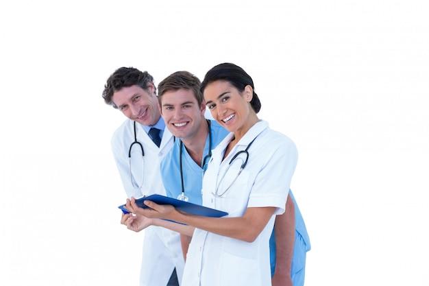 Doktoren und krankenschwestern, die über anmerkungen sich besprechen Premium Fotos