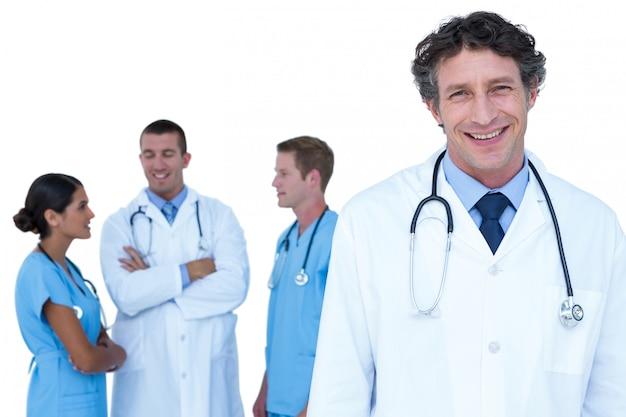 Doktoren und krankenschwestern mit den armen kreuzten die diskussion auf einem weißen hintergrund Premium Fotos