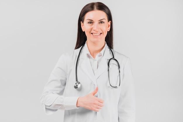 Doktorfrau, die oben daumen lächelt und gestikuliert Kostenlose Fotos