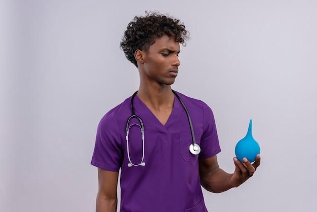 Doktorfrau mit einlauf isoliert auf verschiedenen räumen, selektiver fokus Kostenlose Fotos